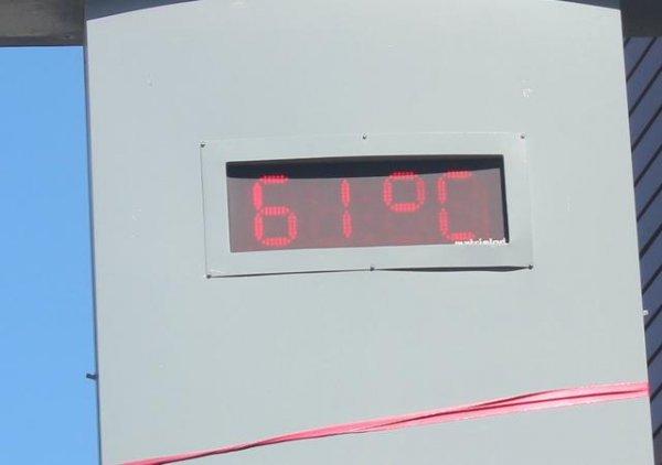 Sıcaklık 61 dereceyi gösterdi, serinlemek için havuzlarda kuyruklar oluştu