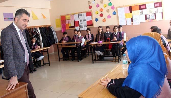 Kaymakam Çınar'dan başarılı öğrenciye dizüstü bilgisayar