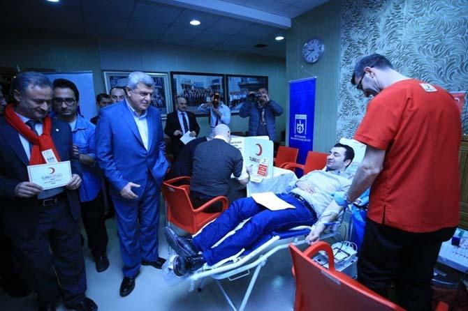 Büyükşehir personeli, Kızılay'a kan bağışında bulunuyor