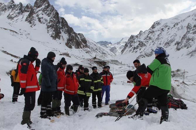 2 bin 100 rakımlı Ovit Dağı'nda kar ve çığ eğitimi