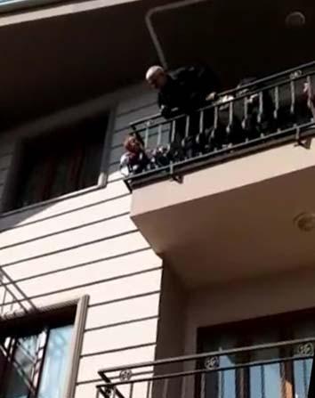 Balkon demirlerine sıkıştı