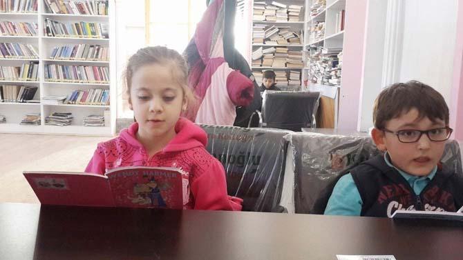 İzci öğrencilerin kütüphane gezisi
