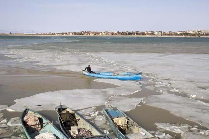 Gölde balıkçılar buzları kırarak ava çıkmaya yeniden başladı