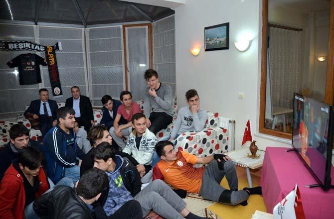 Vali Elban, Galatasaray-Beşiktaş maçını çocuklarla izledi
