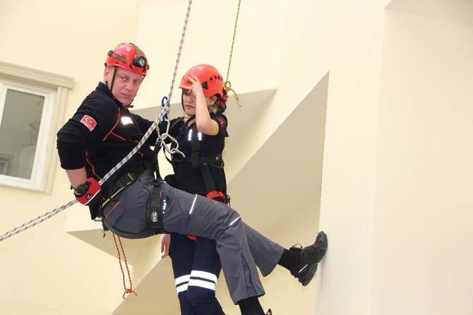 Boynu kırılan öğrenciyi 25 metreden acılar içerisinden indirdiler