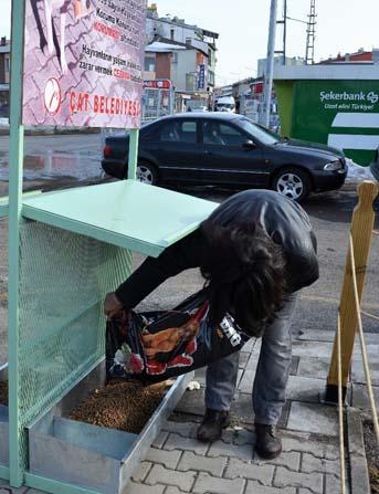 Çat Belediyesinden sokak hayvanları için mama istasyonu