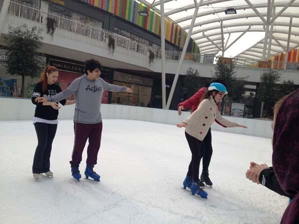 Engelli çocuklara buz paten kursu eğitimi
