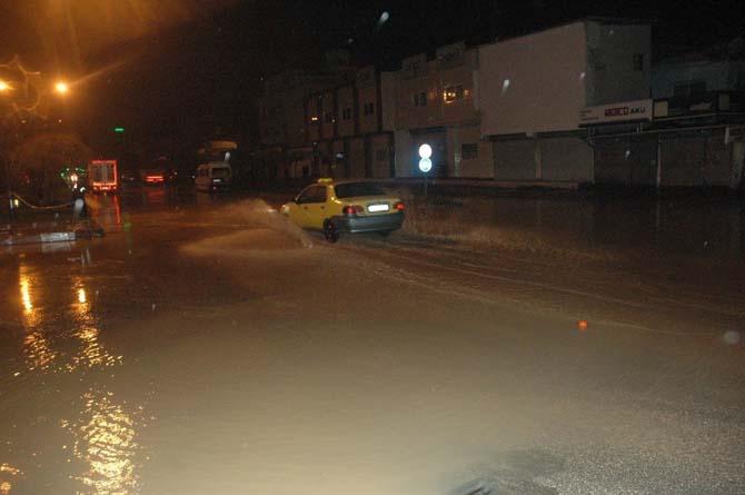 Adana'da su borusu patladı, dev çukur açıldı