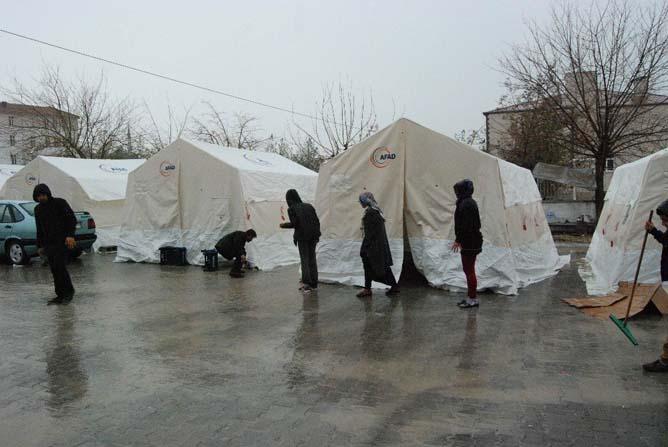 Depremzedelerin çadırlarını yağmur nedeniyle su bastı