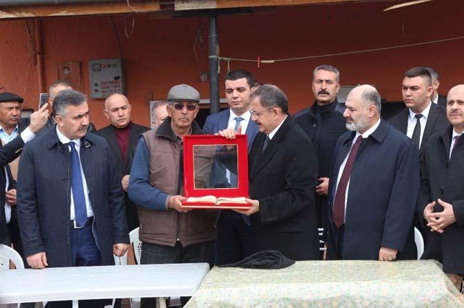 Bakan Özhaseki, Ömer Halisdemir'in kabrini ziyaret etti
