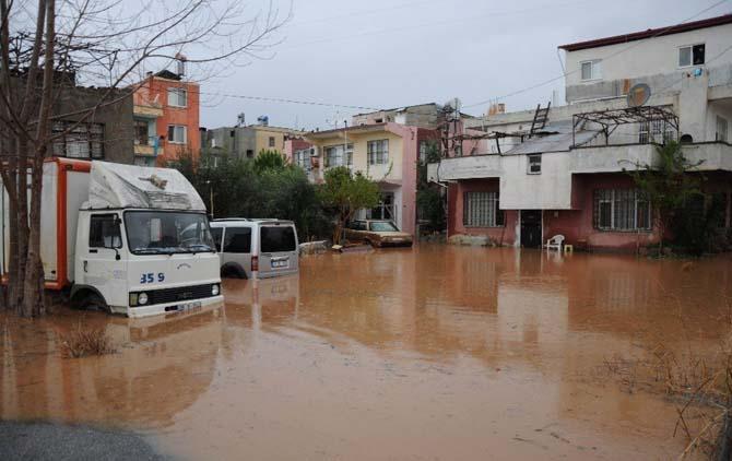 Mersin'de evleri ve tarım arazilerini su bastı