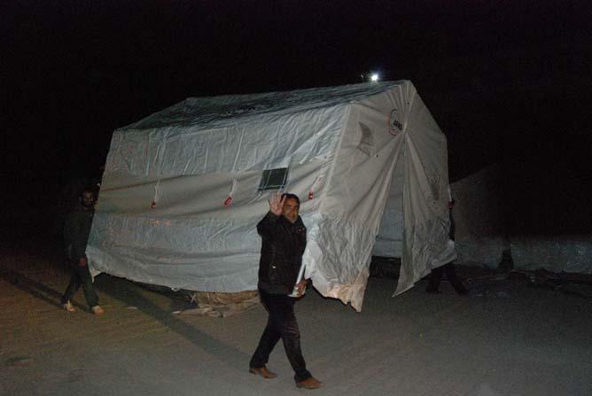 Önce çadırlara yerleştiler sonra ise sırtlayıp götürdüler