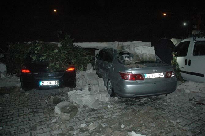Adana'da istinat duvarı devrildi, 6 araç hurdaya döndü
