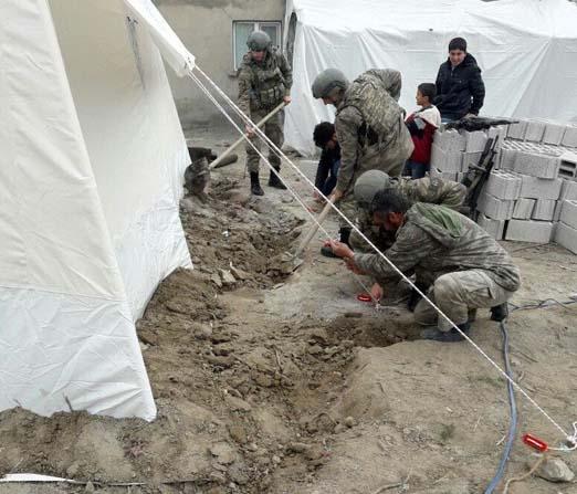 Mehmetçik depremzedeleri yalnız bırakmadı