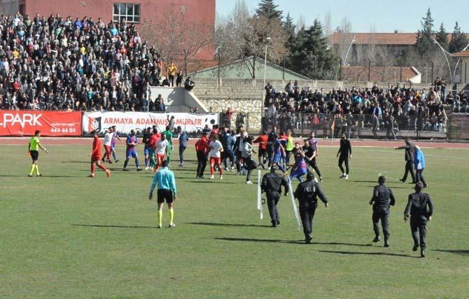 Uşak'ta saha karıştı, maç yarıda kaldı