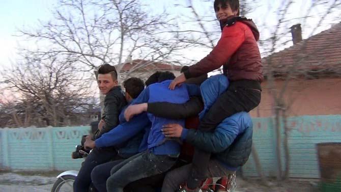 Motosiklete 8 kişi bindiler