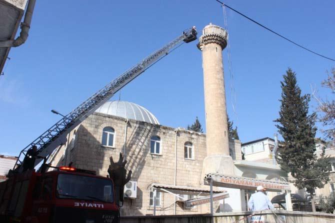 Depremde zarar gören minarenin şerefesi yıkıldı