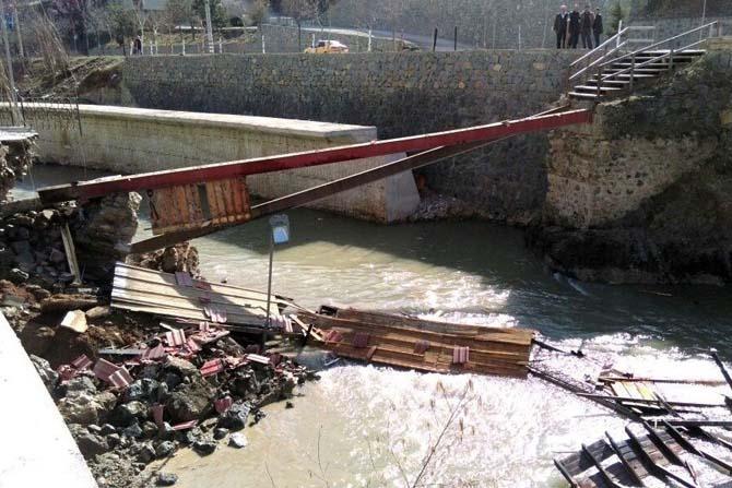 Gümüşhane'de yaya köprüsü çöktü