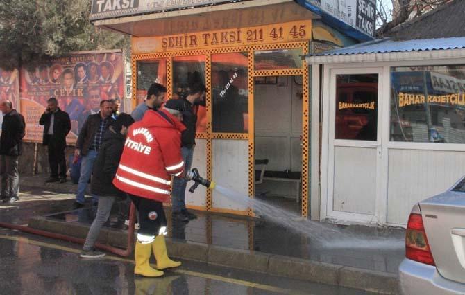 Hakkari'de taksi duraklarını yakıma çalışması