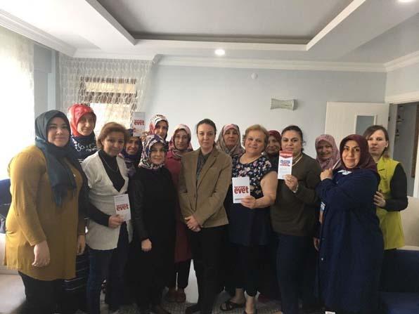 Ak Parti Kadın Kolları üyeleri evleri ziyaret ediyor