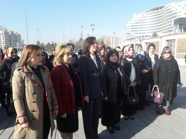 Kadınlar 8 Mart Dünya Kadınlar Günü Nedeniyle Atatürk Anıtı'na Çelenk Bıraktı