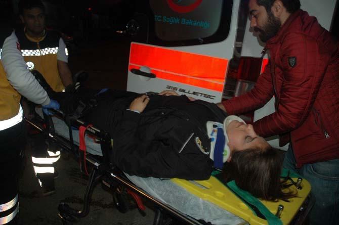 Otomobil polis aracına çarptı: 1'i kadın 3 polis memuru yaralandı