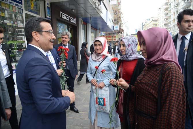 Başkan Atilla kadınlara karanfil ve hediye dağıttı