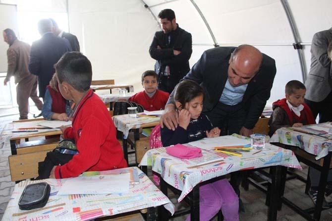 Eğitim Bir-Sen ilk ders zilinde depremzede öğrencileri yalnız bırakmadı