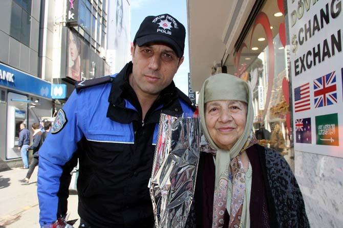 Polisten kadınlara karanfil