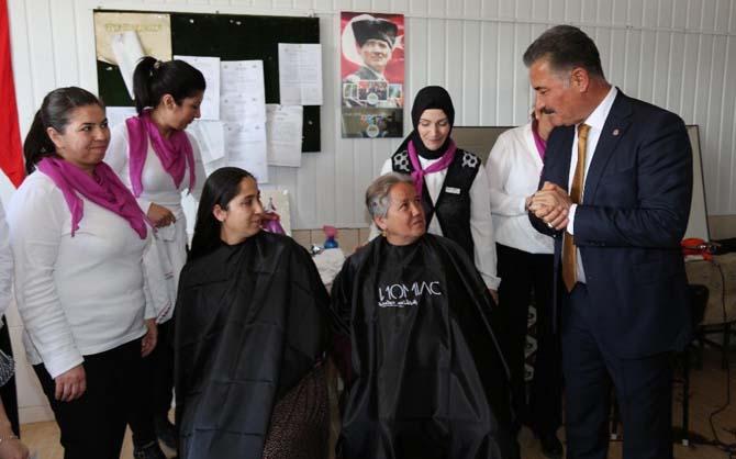 Kahvehaneyi kuaföre çevirdiler, kadınlara ücretsiz saç ve cilt bakımı yaptılar