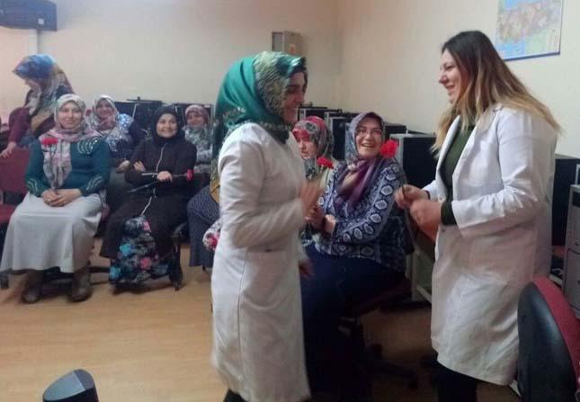 Sağlık çalışanlarından eğitim gören kadınlara karanfil