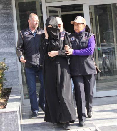 Genç kadın, FETÖ'den cezaevindeki babasına cep telefonu parçası götürürken yakalandı