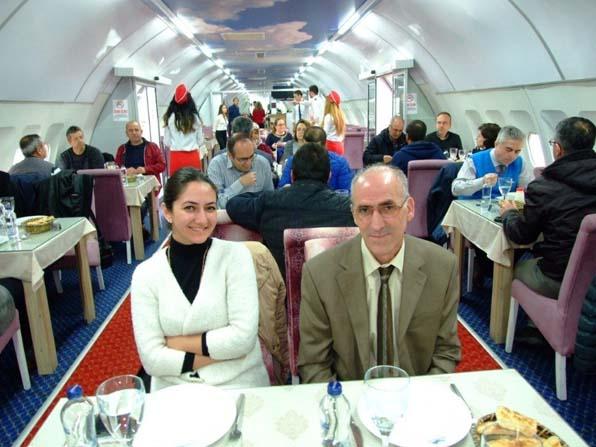 Burhaniyeli tarımcılar uçakta uğurlama yemeği verdi