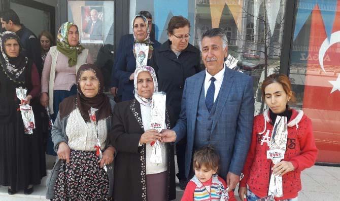 Başkan Öztürk, kadınlara üzerinde 'evet' yazılı karanfil dağıttı