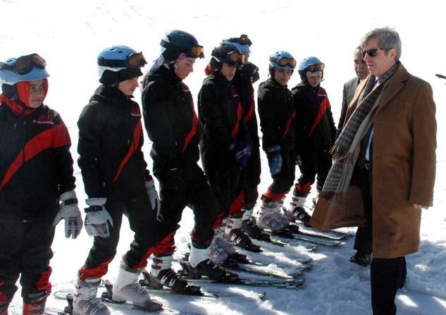 Vali Çınar'dan kayakçılara ziyaret
