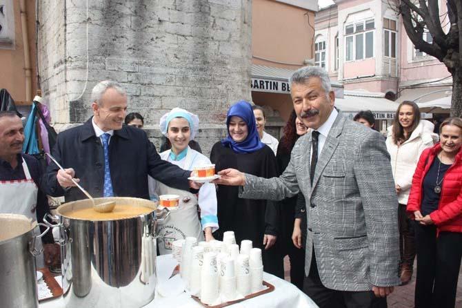 Öğrencilerden vatandaşlara çorba ikramı