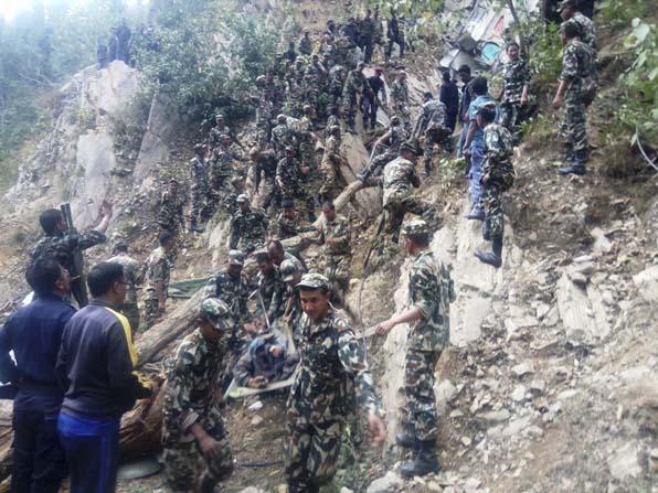 Nepal'de otobüs 200 metrelik uçuruma yuvarlandı: 26 ölü