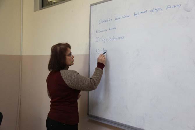 Üniversite hayali için kızı yaşındaki gençlerle ders çalışıyor