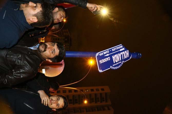 Protestocular Hollanda Caddesi tabelasını söktü