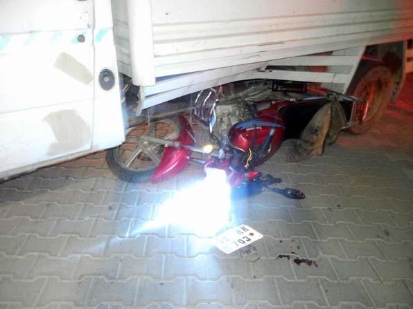 Motosikletiyle kamyonetin altına girdi