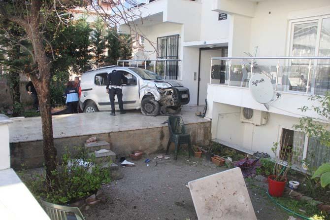 Fren yerine gaza basın kadın sürücü bahçeye daldı