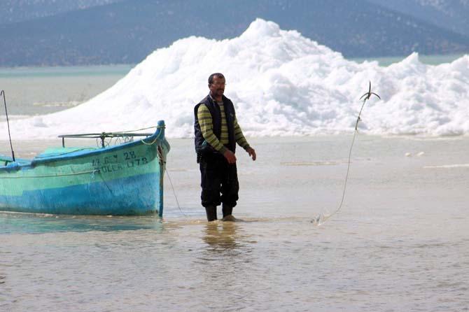 Beyşehir Gölü kıyılarında oluşan buz adaları kartpostallık görüntüler oluşturdu