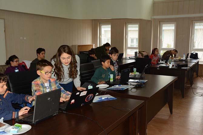 Dinar'da 90 öğrenciye yazılım kursu verildi