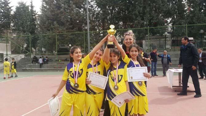GKV'nin minik tenisçileri kupaları kaptı