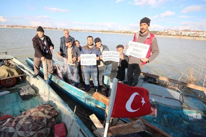 Balıkçılar göl üzerinde şokla avlanmayı protesto etti