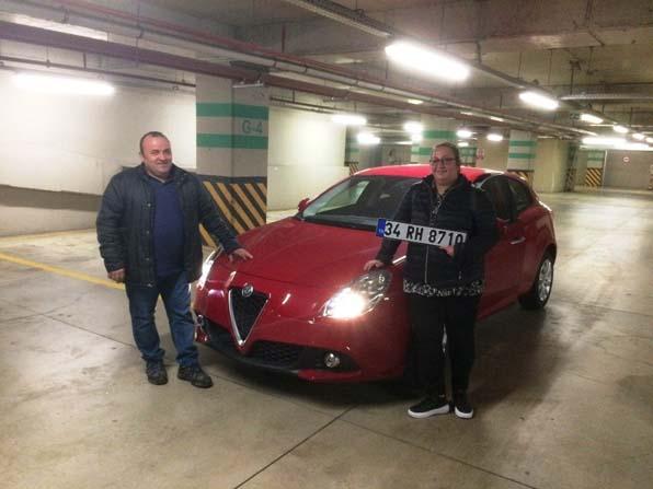 Hediye almaya gittiği AVM'den kazandığı arabayı teslim aldı