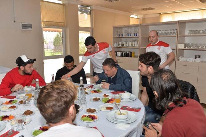 Kafaoğlu'ndan Balkes'e moral yemeği