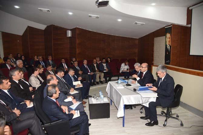 Vali Mahmut Demirtaş, okul müdürleri ve okul aile birliği yöneticileriyle bir araya geldi