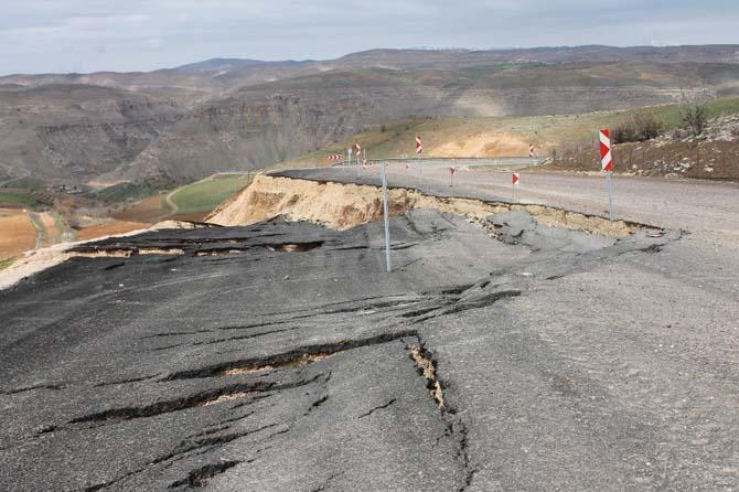 Siirt'te asfalt yol heyelan sebebiyle çöktü