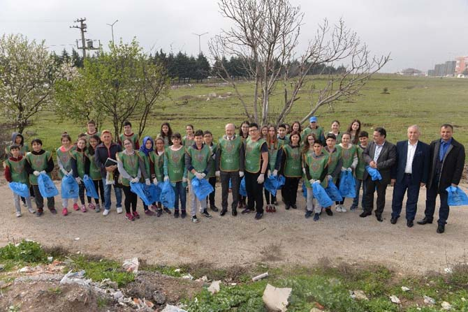 Çevreci Başkan öğrencilerle çöp topladı